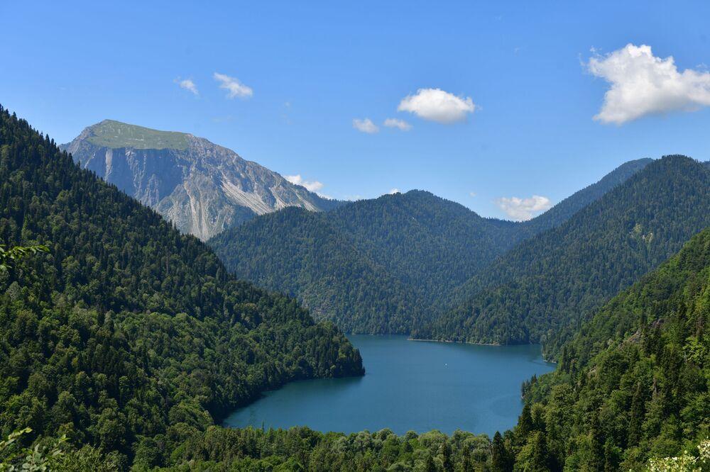 Jezero Ritza. U vstupu k jezeru je vyhlídková plošina, kde lze zastavit a užít si okolí.