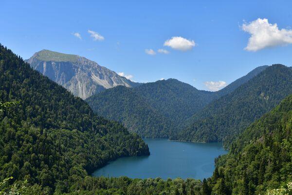 Jezero Ritza. U vstupu k jezeru je vyhlídková plošina, kde lze zastavit a užít si okolí. - Sputnik Česká republika