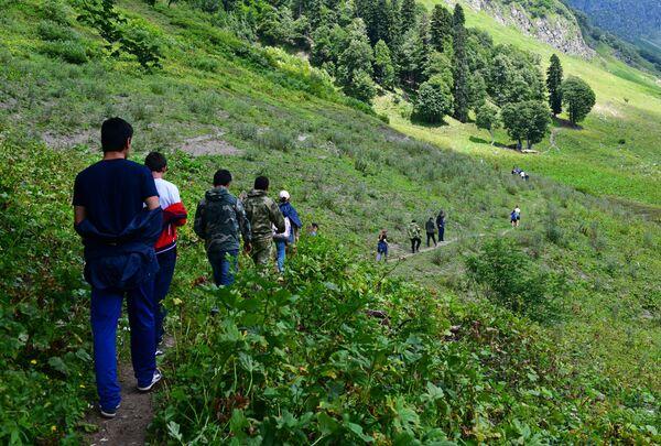 Cesta k jezeru Ritza začíná ve vesnici Bzyb, v jejímž okolí se pěstuje tabák, kukuřice a citrusové plody. - Sputnik Česká republika