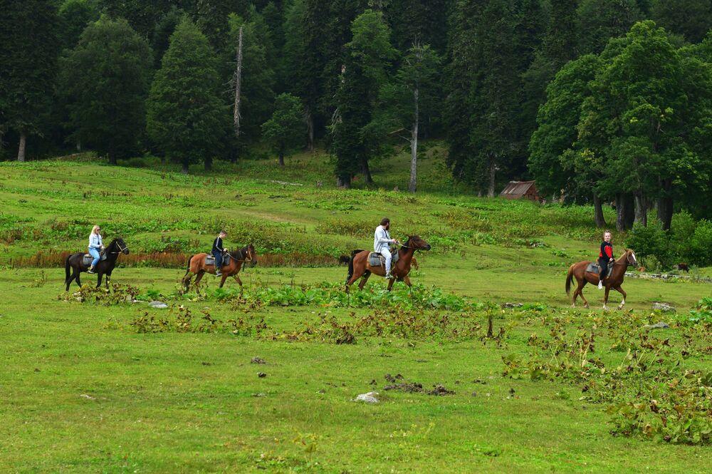 Turisté jezdí na koních v Ritzinském národním parku