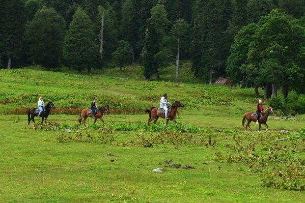 Turisté jezdí na koních v Ritzinském národním parku - Sputnik Česká republika