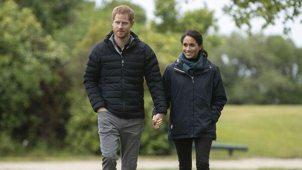 Princ Harry a Meghan Markleová na procházce - Sputnik Česká republika