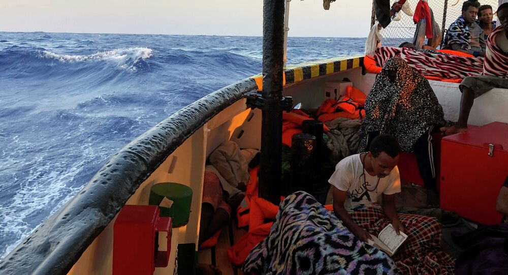 Přistěhovalec čte verše Koránu na palubě španělské humanitární lodi Open Arms