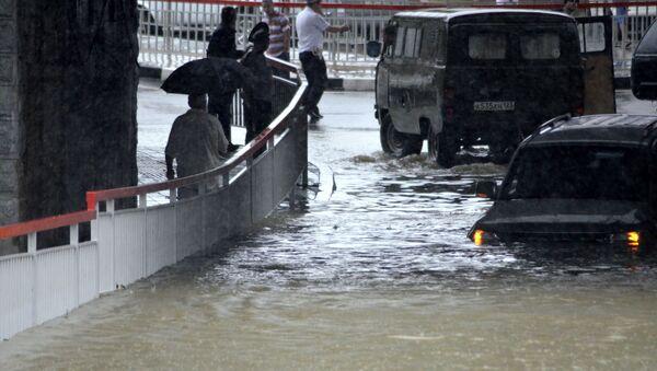 Lidé plují ulicemi. Obyvatelé Soči zveřejňují videa, jak město vypadá po bouřce - Sputnik Česká republika