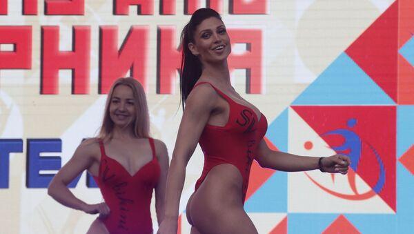 Účastníci defilé během oslavy Dne tělesné výchovy v Rusku, Moskva. - Sputnik Česká republika