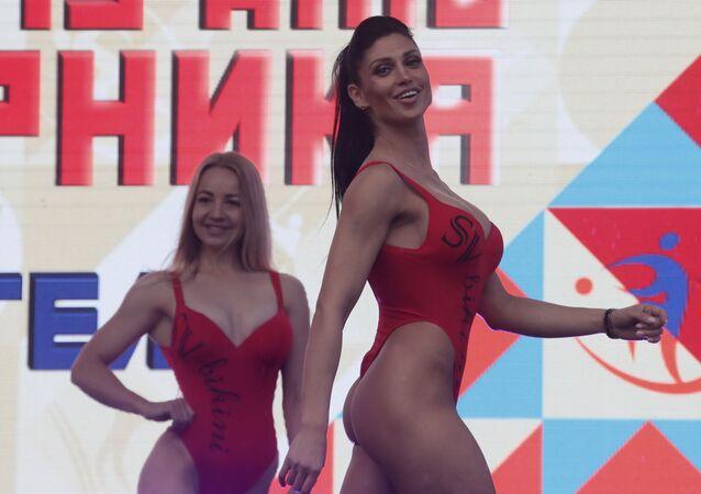 Účastníci defilé během oslavy Dne tělesné výchovy v Rusku, Moskva.