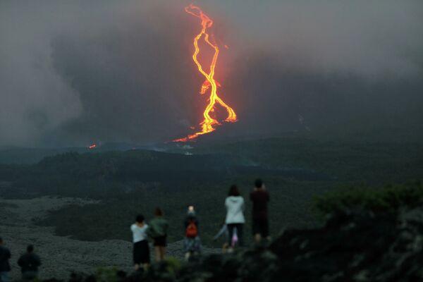 Lidé sledují erupci sopky Piton de la Furnes na ostrově Réunion, Francie. - Sputnik Česká republika