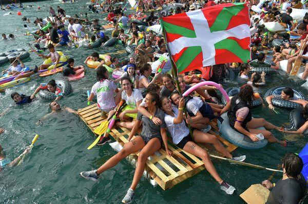 Účastníci festivalu Pirata Abordaia v San Sebastianu, Španělsko. - Sputnik Česká republika