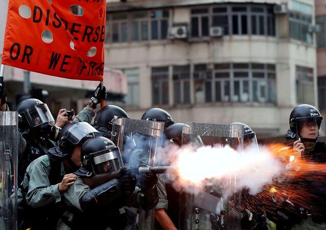 Policie používá slzný plyn proti demonstrantům v Hongkongu