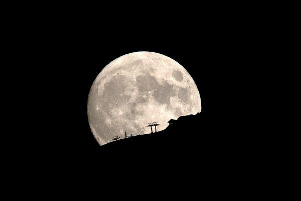 Lyžařský vlek na pozadí úplňku v řeckém pohoří Helmos. - Sputnik Česká republika