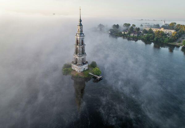 Zatopená zvonice Nikolského chrámu ve městě Kaljazin, Tverská oblast. - Sputnik Česká republika