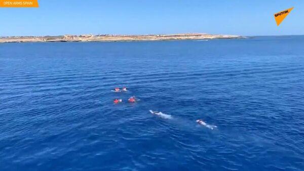 V Itálii vyskočili migranti ze záchranné lodě a marně se snažili doplavat na ostrov Lampedusa - Sputnik Česká republika