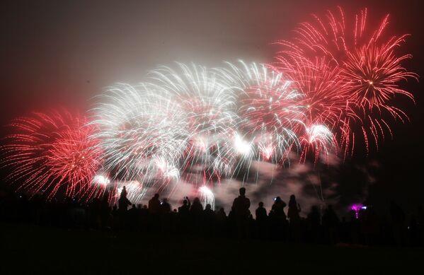 Festival se konal v Bratějevském parku v Moskvě Pyrotechnické představení předvedlo osm týmů z Asie, Evropy a Severní Ameriky - Sputnik Česká republika