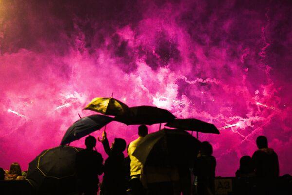 Zatažená obloha a dešťové kapky pravidelně padající z nebe nezabránily hostům užít si představení. - Sputnik Česká republika