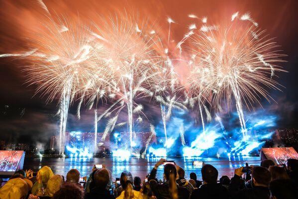 Mezi představeními bylo světelné a hudební show. - Sputnik Česká republika