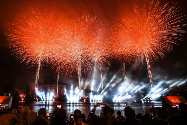 Novinkou festivalu bylo představení s horizontálním ohňostrojem vysílaným ze dvou 30metrových věží. - Sputnik Česká republika