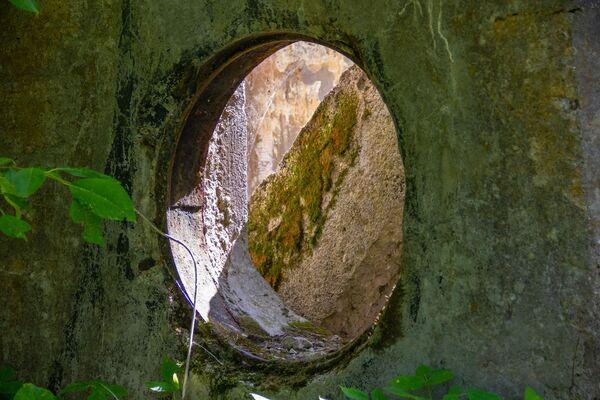 Rozbité šachty jsou pokryty betonovými deskami, které se časem staly nepoužitelné. - Sputnik Česká republika