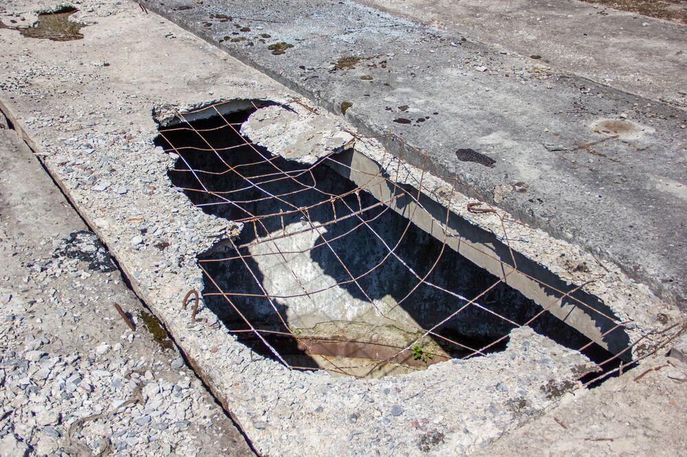 V betonových deskách, které pokrývají šachty, jsou obrovské díry. Podle odhadů podnikatel pouze na kovu vydělal stovky tisíc dolarů.