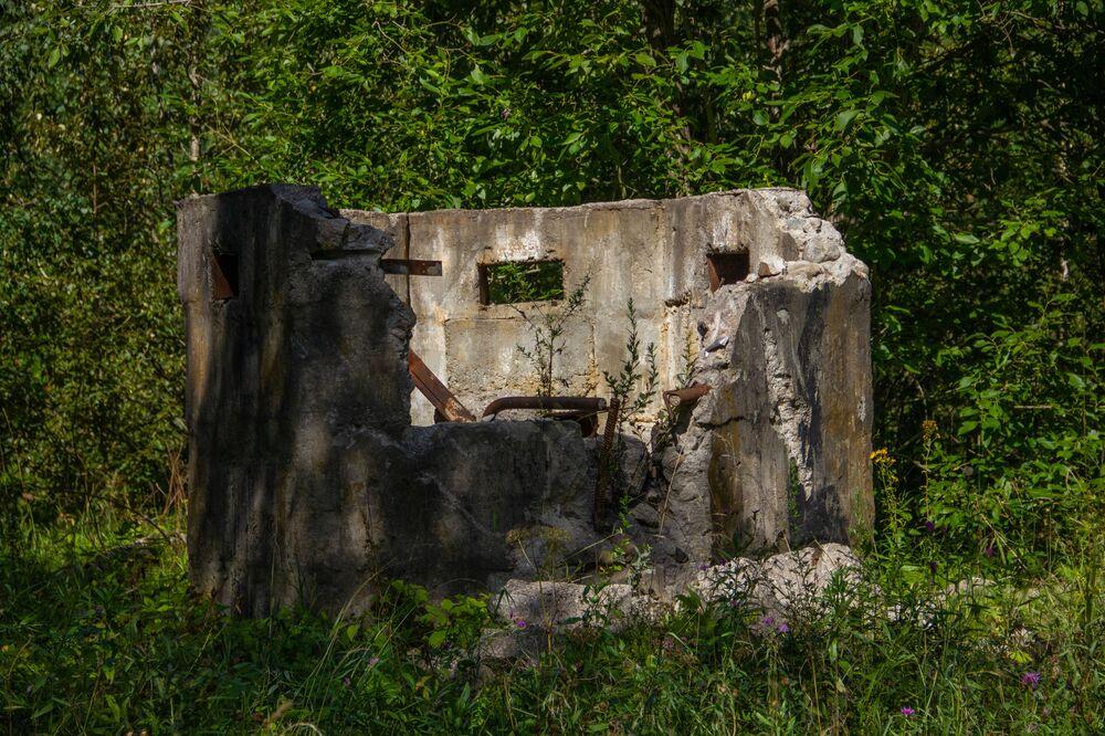 Uprostřed Dviny je také podzemní velitelské stanoviště. Díky úsilí místního podnikatele se ventilační šachta proměnila v ruiny.