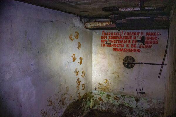 Uvnitř velitelského stanoviště už dlouhou dobu nic neukazuje, že se jedná o vojenské zařízení - kromě nápisů s hesly. - Sputnik Česká republika