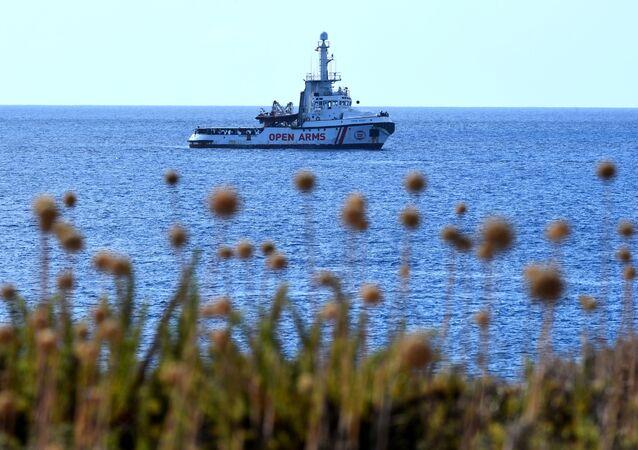 Loď Open Arms u břehů ostrova Lampedusa
