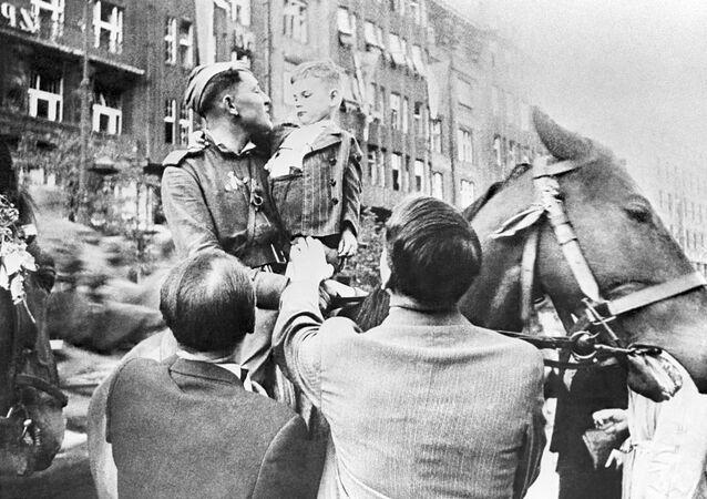 Obyvatelé Prahy vítají Rudou armádu