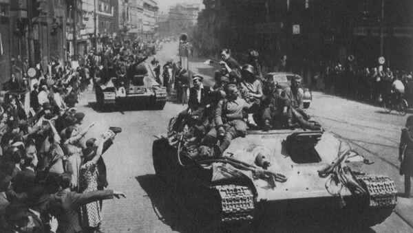 Obyvatelé Prahy vítají Rudou armádu na Václavském náměstí  - Sputnik Česká republika