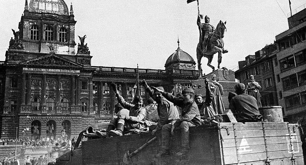 Vojáci 1. ukrajinského frontu zdraví obyvatele Prahy na Václavském náměstí