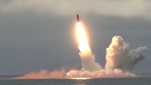 Ruské ministerstvo obrany zveřejnilo video vypálení rakety Bulava z ponorky Jurij Dolgorukij - Sputnik Česká republika