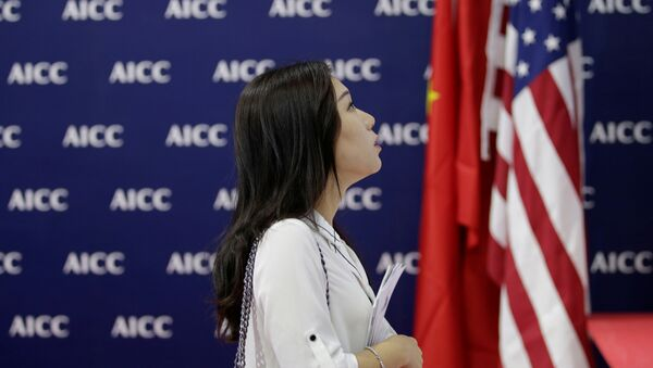 Žena vedle americké a čínské vlajky  - Sputnik Česká republika