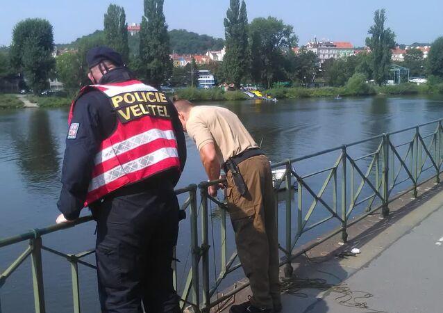 Policie při zásahu u nálezu dvou nevybuchlých granátů v Praze na Podolském nábřeží