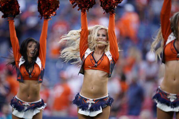 Roztleskávačky fotbalového klubu Denver Broncos během přestávky ve fotbalovém zápase mezi Denver Broncos a San Francisco 49ers v Denveru, USA. - Sputnik Česká republika