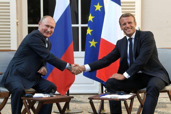 Ruský prezident Vladimir Putin a francouzský prezident Emmanuel Macron během schůzky v jižní Francii. - Sputnik Česká republika