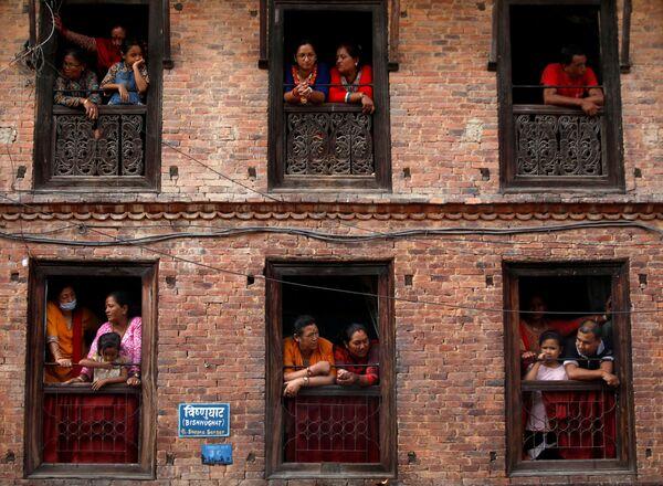 Diváci sledují každoroční festival Nil Barahi v Bode v Nepálu. - Sputnik Česká republika