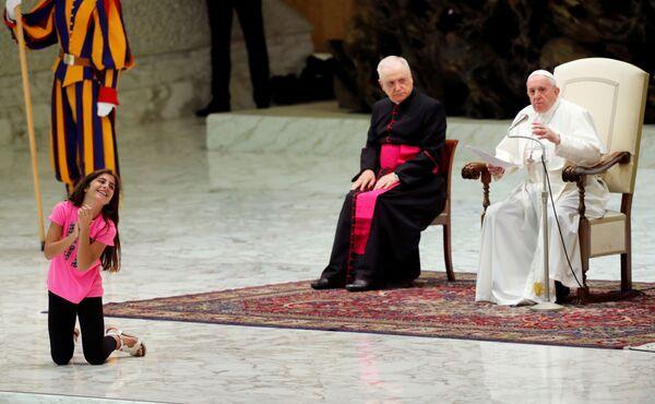 Dívka poslouchá projev papeže Františka v audienčním sálu papeže Pavla VI. ve Vatikánu. - Sputnik Česká republika