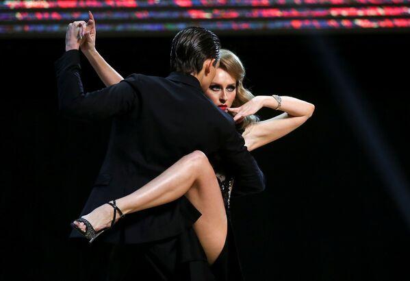 Tanečníci z Ruska, Ivan Nabokin a Anastasia Izvěkovová, vystupují na finále mistrovství světa v tangu v argentinském Buenos Aires. - Sputnik Česká republika