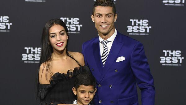 Portugalský fotbalista Cristiano Ronaldo se synem Cristiano Ronaldo Jr. a  Georginou Rodriguezevou - Sputnik Česká republika