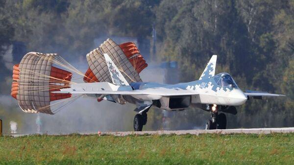 Многофункциональный истребитель Су-57 во время подготовки к открытию МАКС-2019 - Sputnik Česká republika