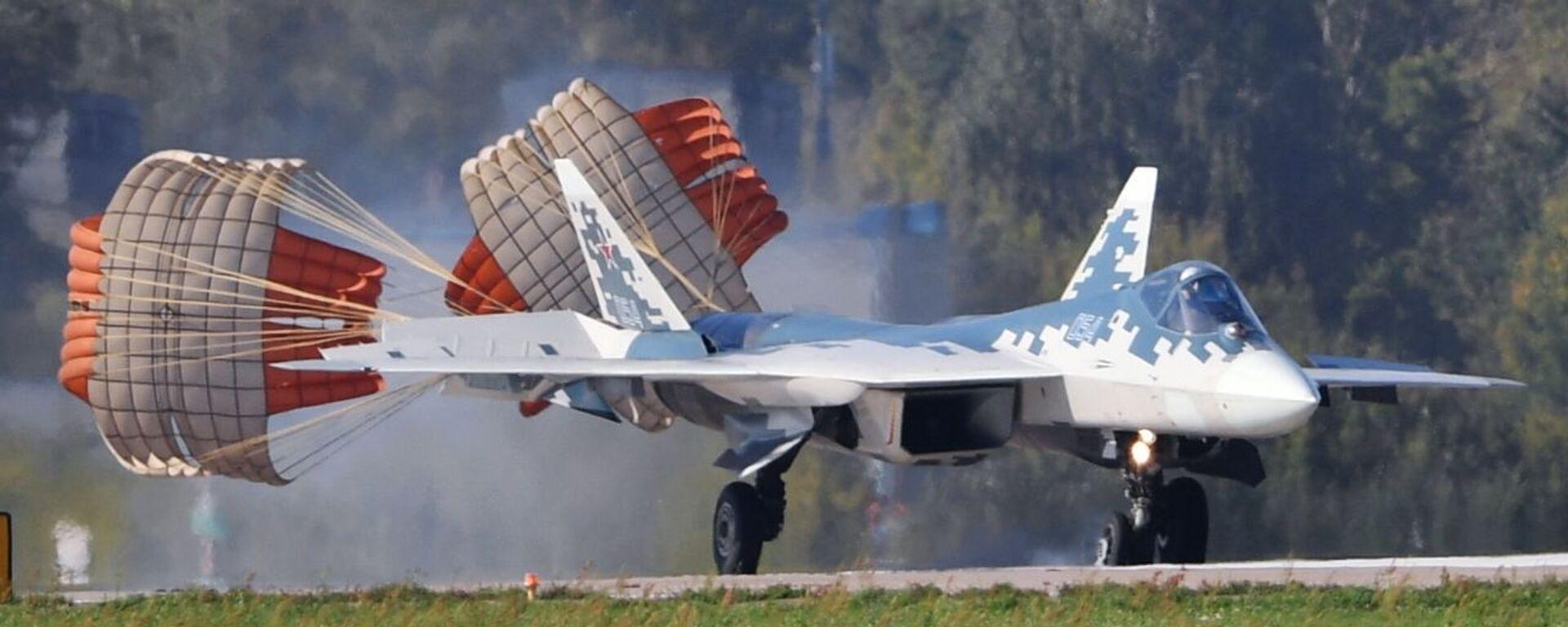 Многофункциональный истребитель Су-57 во время подготовки к открытию МАКС-2019 - Sputnik Česká republika, 1920, 16.06.2021