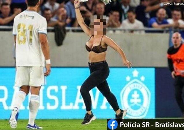 Na Slovensku dívka vyběhla bez trička na hřiště během fotbalového zápasu