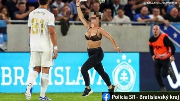 Na Slovensku dívka vyběhla bez trička na hřiště během fotbalového zápasu - Sputnik Česká republika