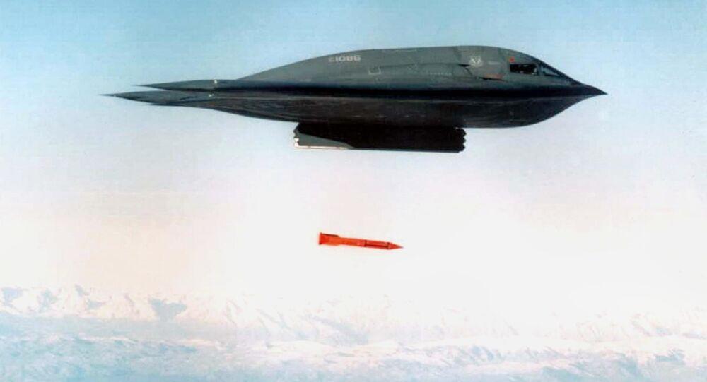 Americký bombardér B-2 Spirit shazuje bombu B61-11. Říjen 2001