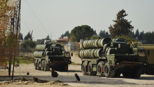 Transportní letoun s ruskými protiletadlovými raketovými komplexy S-400 přistává na turecké letecké základně - Sputnik Česká republika