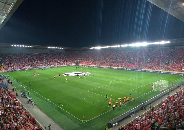 Fotbalový Eden půl hodiny před začátkem klíčového utkání