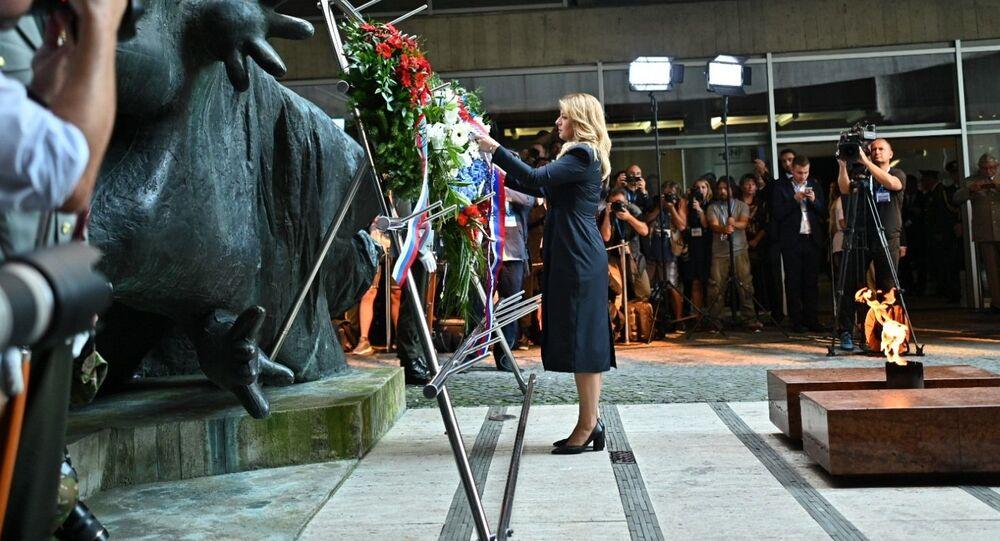 Slovenská prezidenta Zuzana Čaputová pokládá věnec během oslav 75. výročí Slovenského národního povstání