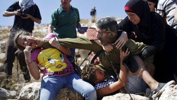 Palestinci se perou s izraelským vojákem během protestu proti židovskému osídlení ve vesnici Nabi Saleh pod městem Ramallah. - Sputnik Česká republika