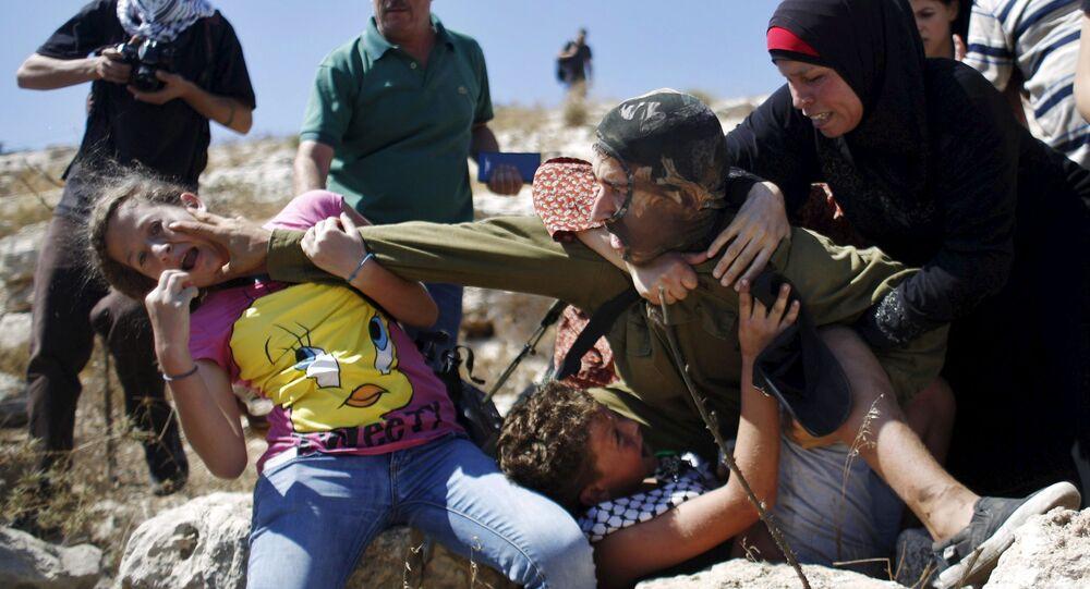 Palestinci se perou s izraelským vojákem během protestu proti židovskému osídlení ve vesnici Nabi Saleh pod městem Ramallah.