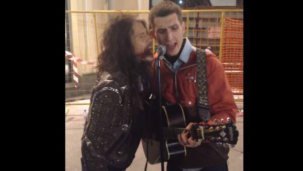 Člověk z lidu: sólista Aerosmithu zazpíval s pouličním hudebníkem v Moskvě - Sputnik Česká republika