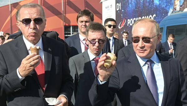 Ruský prezident Vladimir Putin a turecký prezident Recep Tayyip Erdogan během návštěvy mezinárodního leteckého salonu MAKS 2019 - Sputnik Česká republika