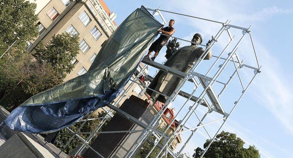 Starosta Prahy 6 nechal zakrýt sochu maršála Koněva